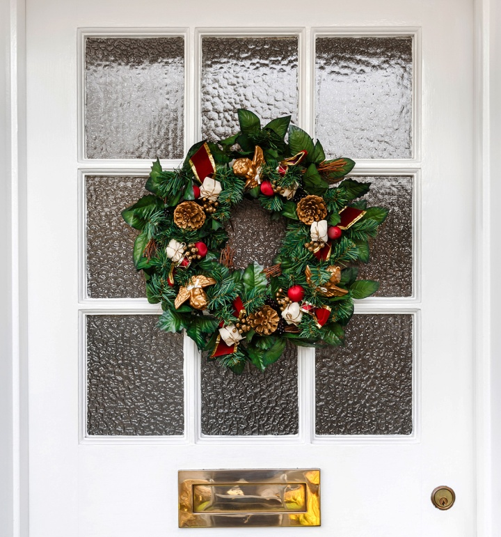 christmas-wreaths-front-of-house-004